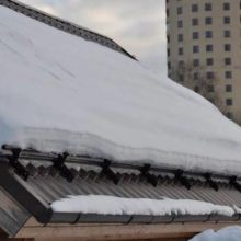 Монтаж снегозадержателей на крышу из профнастила по всем правилам