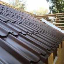 Собрались строить крышу из металлочерепицы? Для начала рассчитайте угол наклона!